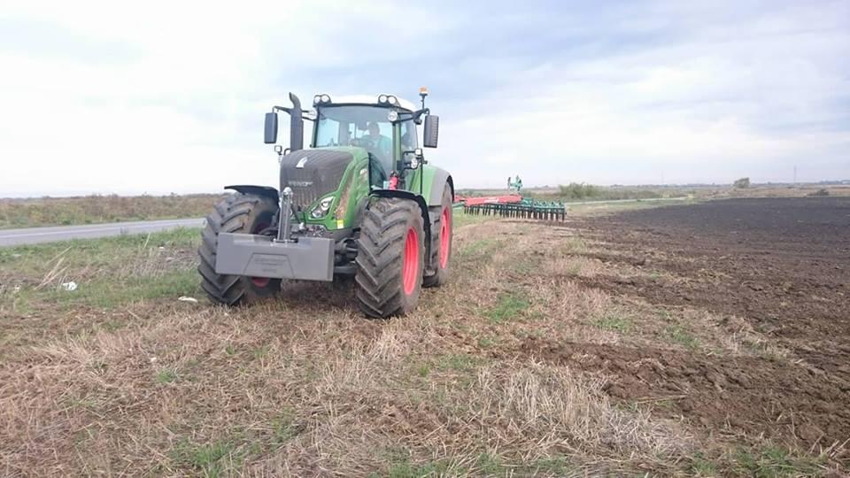 Ilustracija: traktor na njivi