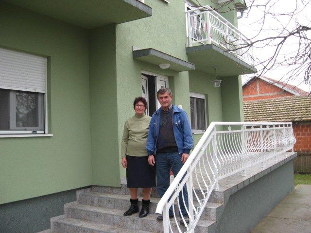 Ilustracija: Vladimir i Milina, ispred svoje kuće