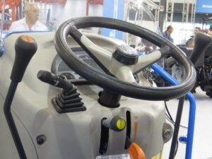 Ilustracija: savremeni traktori, foto: Svetlana Kovaćević. Domaćinka kuća