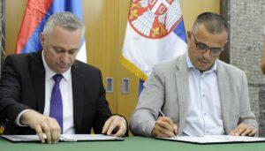 Ministar poljoprivrede, šumarstva i vodoprivrede Branislav Nedimovic (D) i ministar poljoprivrede Republike Srpske Boris Pasalic (L) potpisali su danas Memorandum o izgradnji mreze protivgradnih stanica. FOTO TANJUG/ TANJA VALIC/ nr