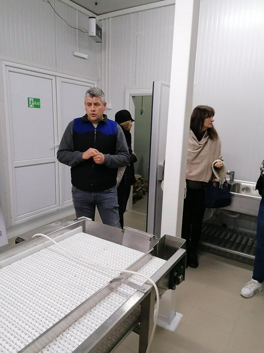 Ilustracija: Dejan Mitić u pogonu za preradu, foto: Svetlana Kovačević