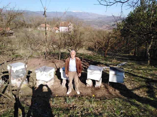 Ilustracija: Gojko Pejčinović u pčelinjaku, foto: Domaćinska kuća