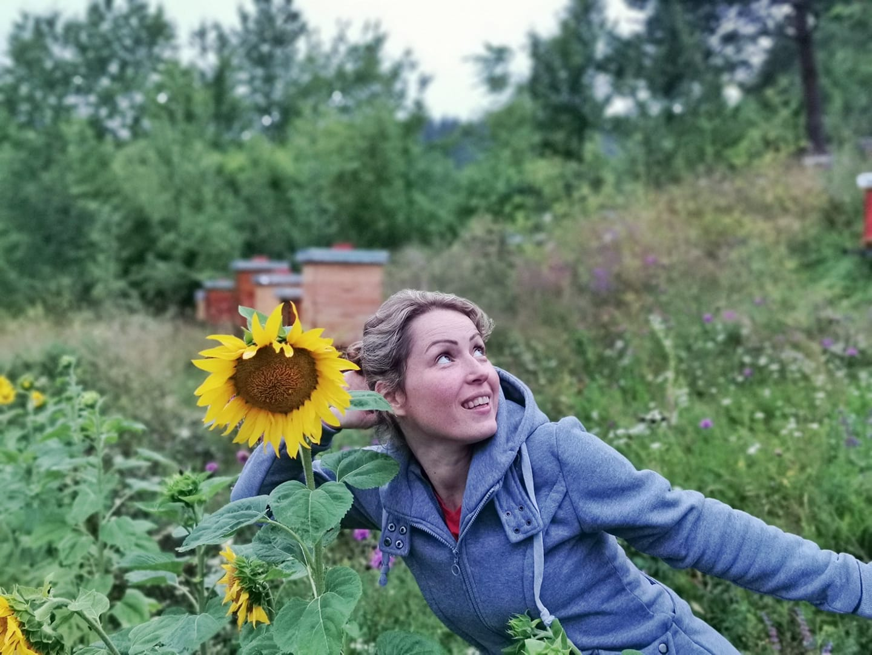 Ilustracija: Marija u pčelinjaku, foto: Fb Maja bee