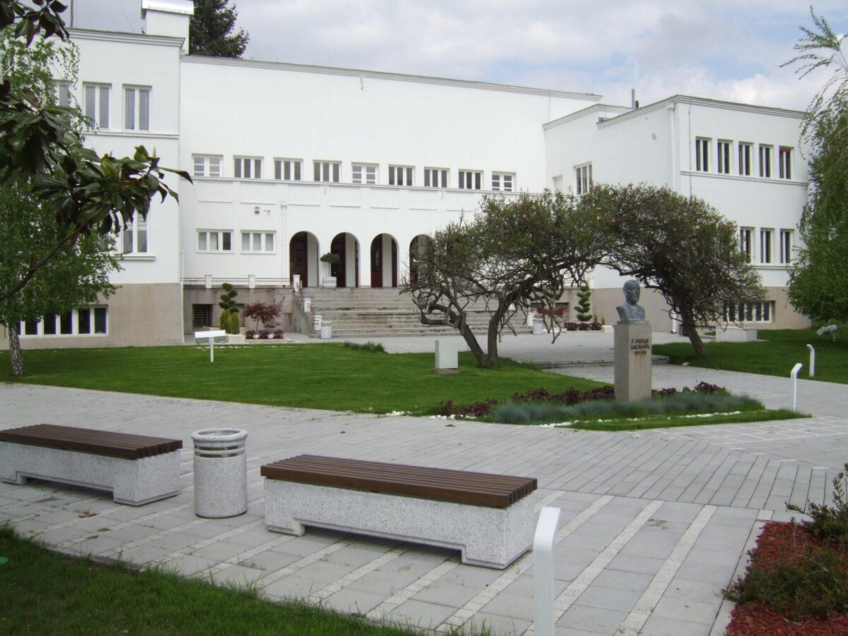 Ilustracija: Institut za voćarstvo u Čačku, foto: Institut