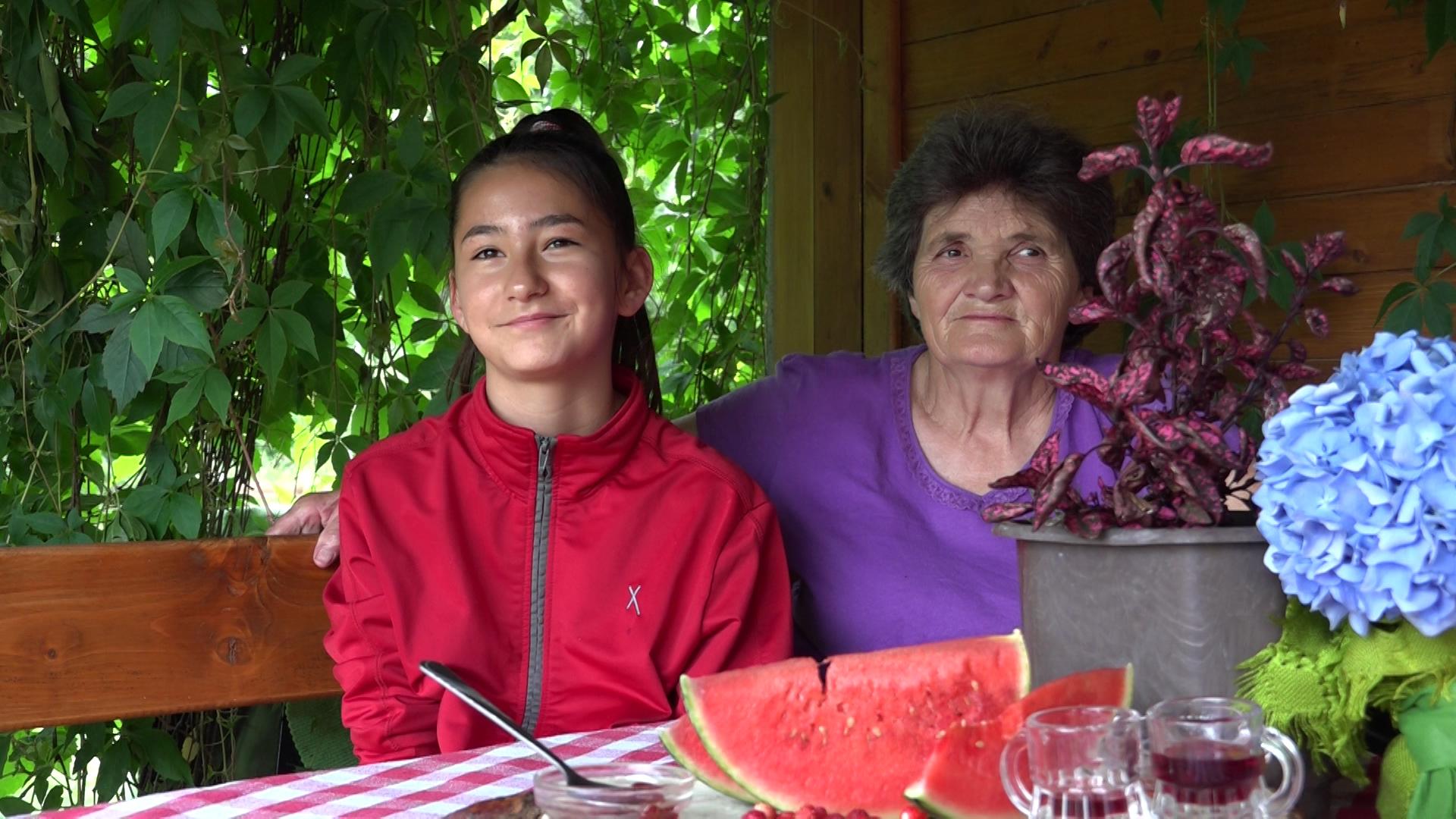 Ilustracija: Slađana sa unukom, foto: Sonja Cvetković