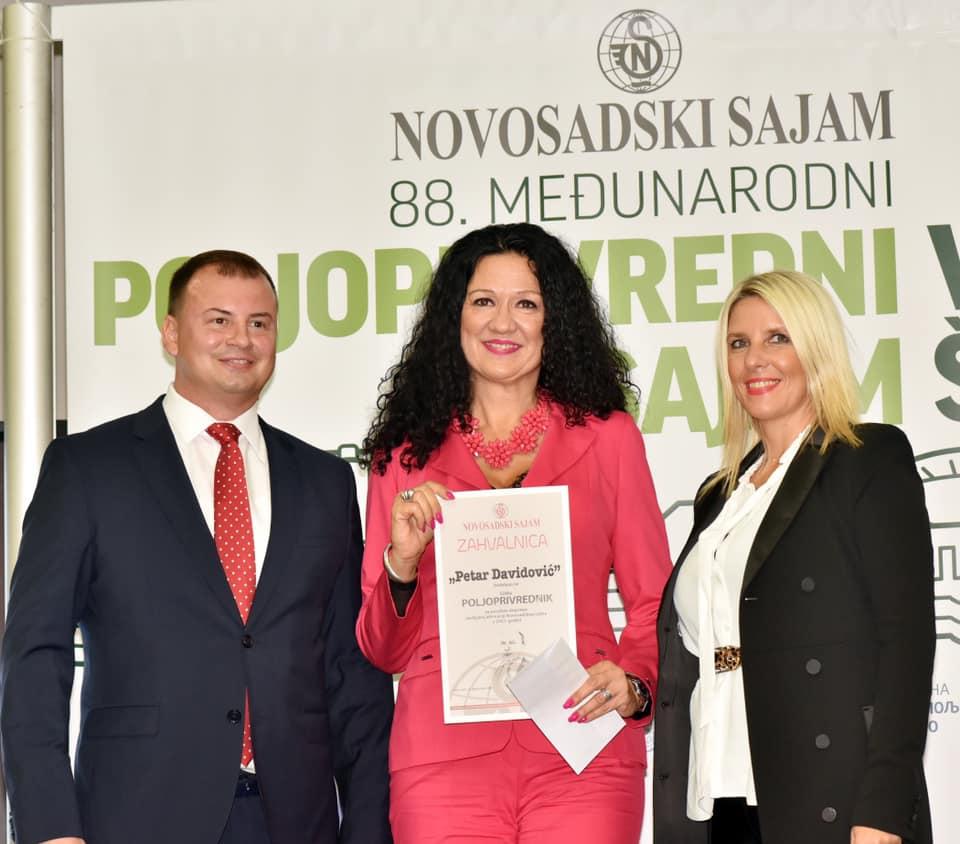 Ilustracija; Godrana Radović( u sredini) dobitnica nagrade, foto: Gordana Radović